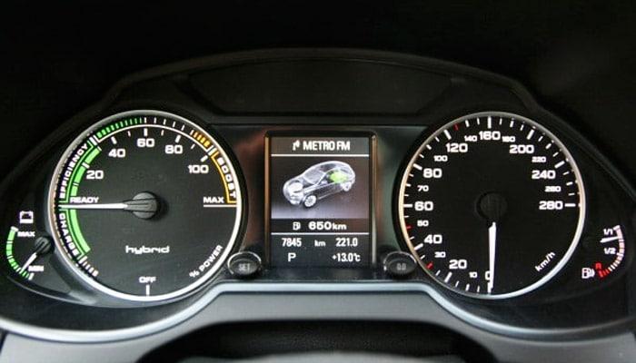 фотография спидометра у гибрида Audi Q5 hybrid quattro