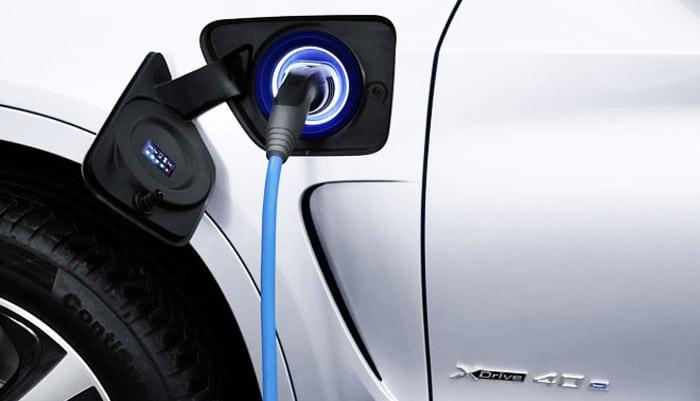 BMW-X5-xDrive40 во время зарядки