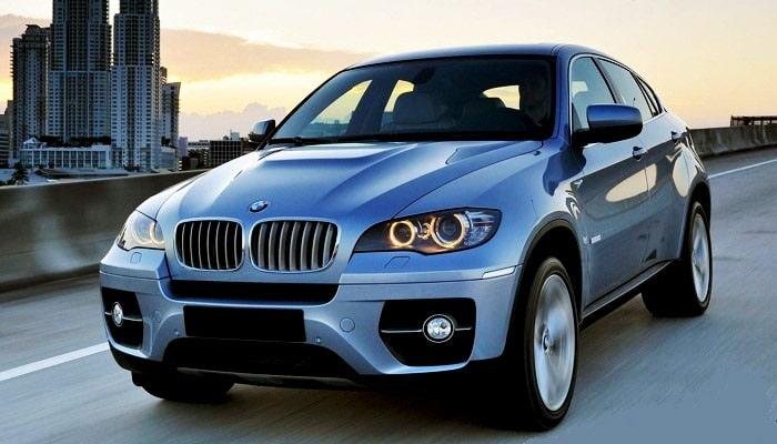 фото машины BMWW X6 на дороге