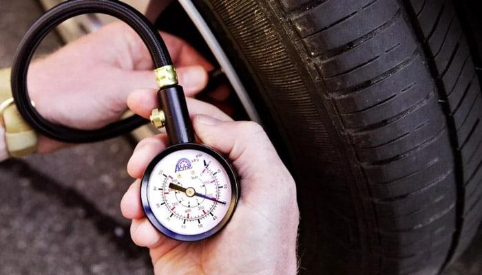 как измерить давление в шине