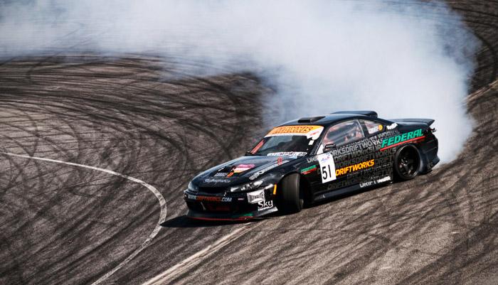 фото спортивной машины на дороге